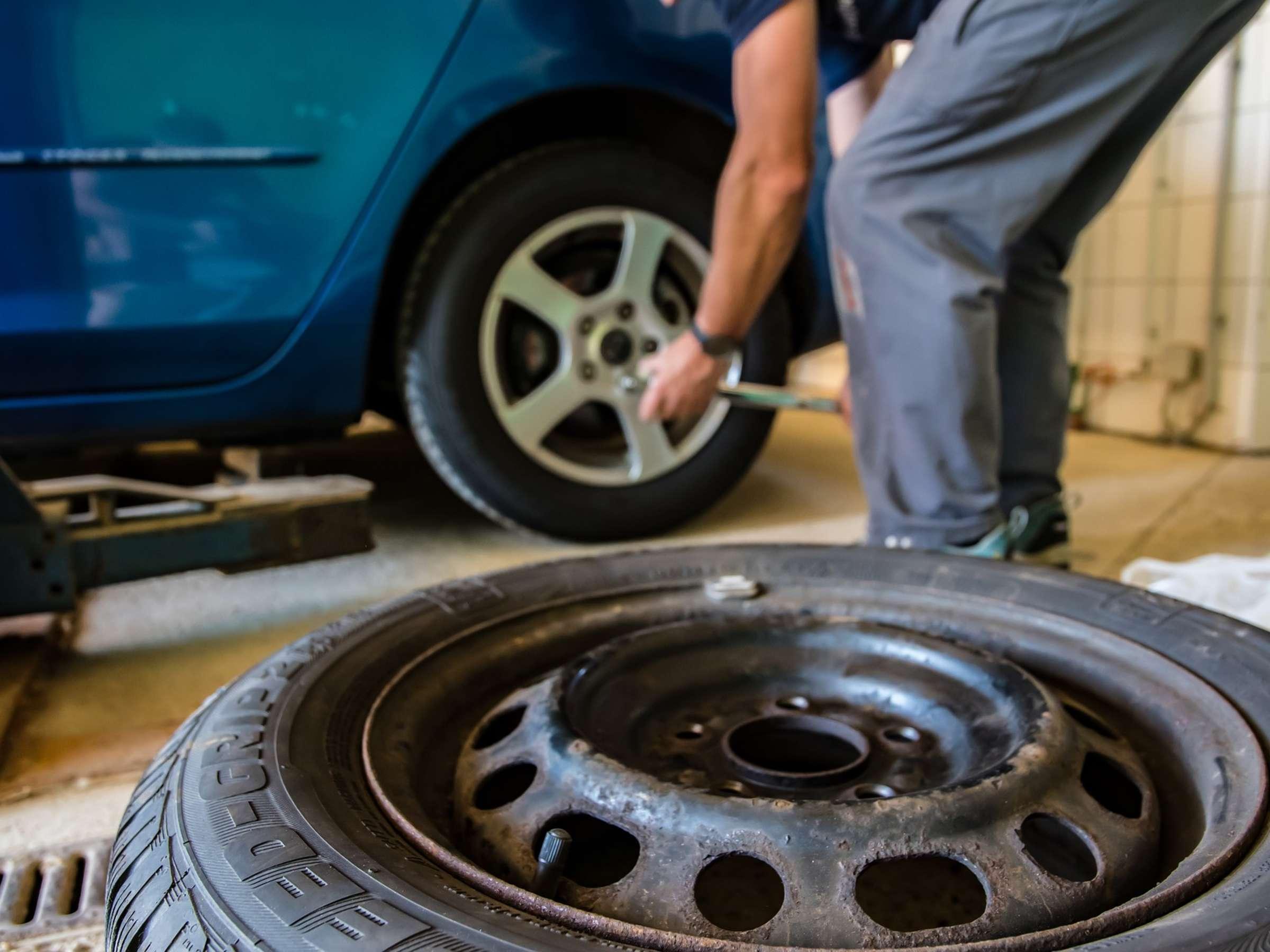"""Operazione """"Dirty Cars"""": furti d'auto, riciclaggio e truffe alle assicurazioni. 16 arresti, in manette anche un poliziotto e un carabiniere"""