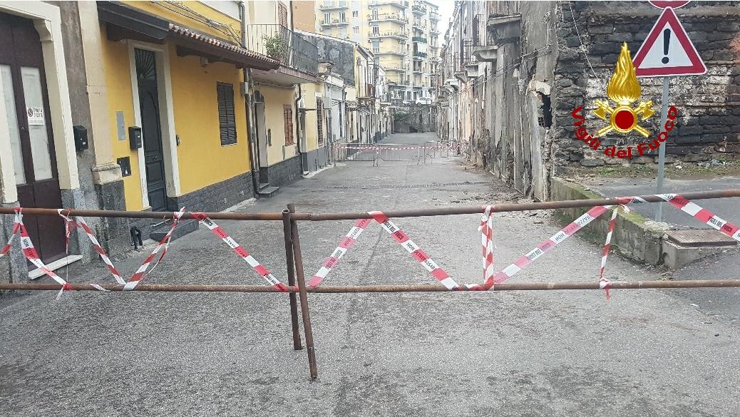 Catania, casa disabitata crolla parzialmente: 4 famiglie di un edificio vicino sgomberate, chiuso tratto di via Volturno – FOTO