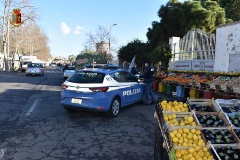 Catania, abusivismo in via Acquicella: tra minacce con coltelli e prodotti venduti illegalmente