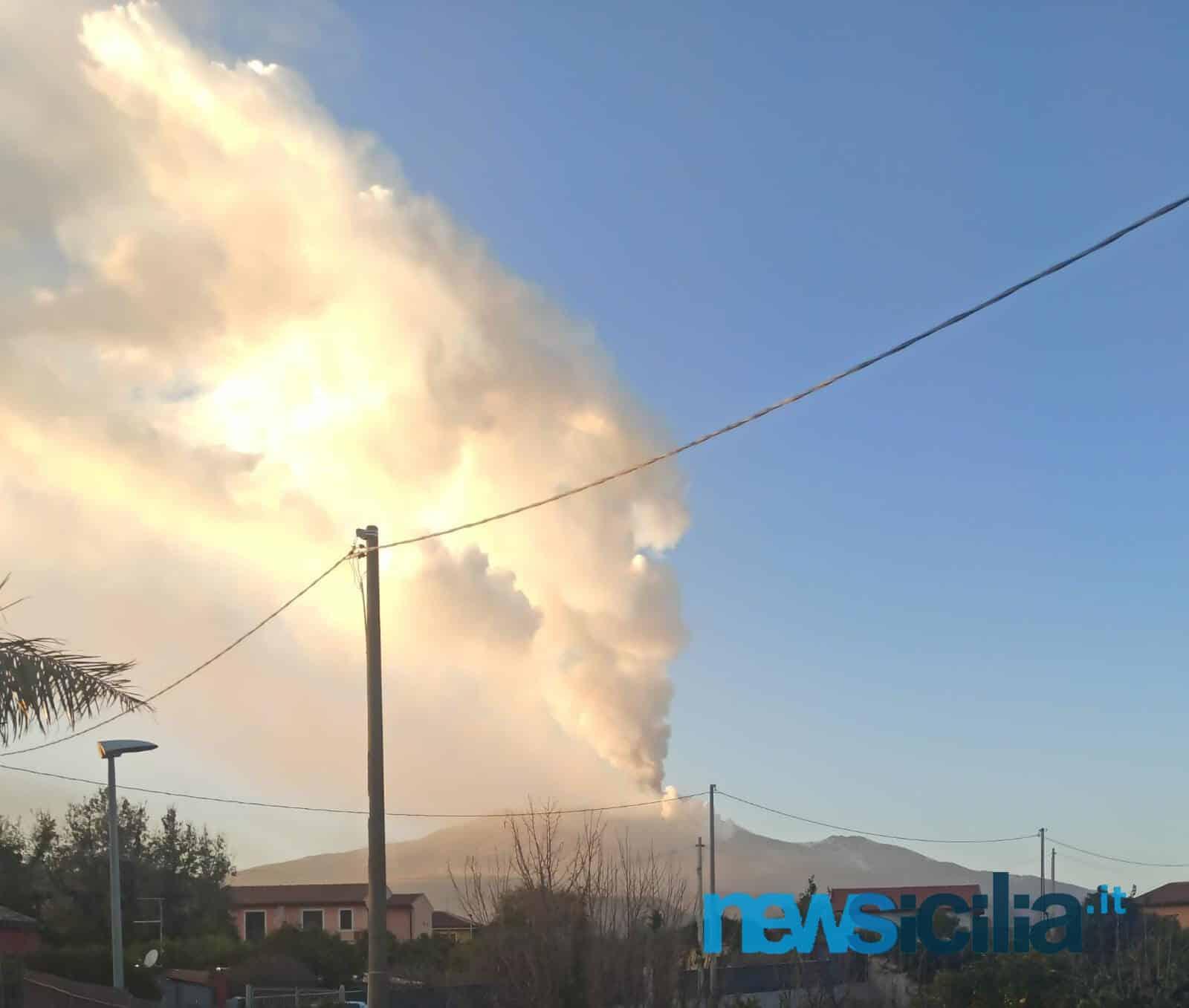 """Etna, maestosa eruzione in corso. Ingv: """"Violenta attività stromboliana, crollata parte del cratere di sud-est"""" – FOTO"""