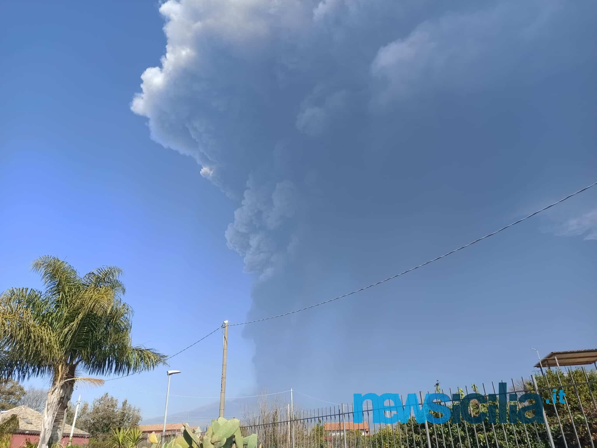 Etna, pericoli alla viabilità per la caduta di cenere vulcanica nel Catanese: ordinanza impone limiti di velocità a Giarre
