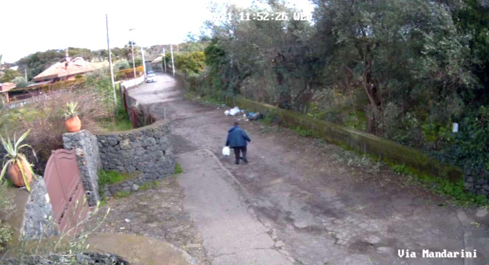 """Rifiuti ad Aci Sant'Antonio, videosorveglianza per stanare sporcaccioni. Caruso: """"Non si tratta solo di repressione"""""""