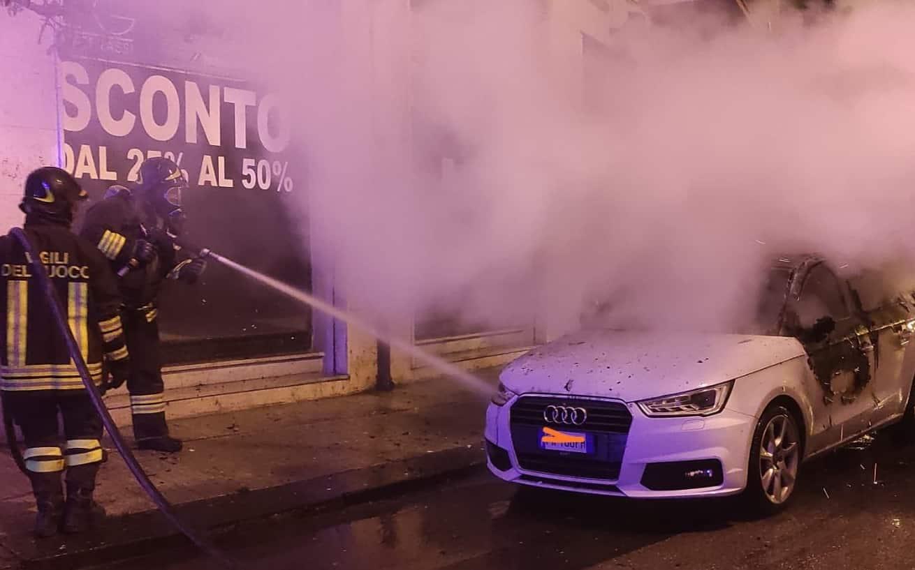 Auto in fiamme nella notte, intervengono i vigili del fuoco: ipotesi origine dolosa – FOTO