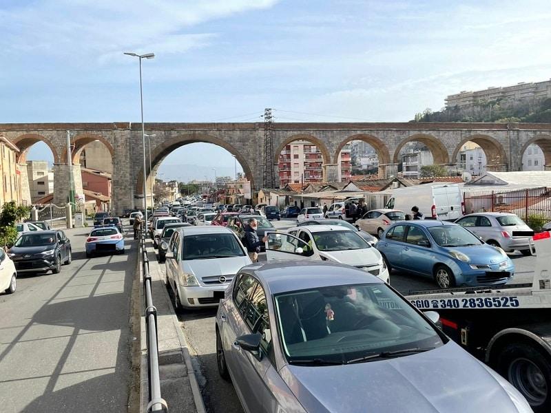 Incidente in viale Europa, scontro tra 5 mezzi. Una moto coinvolta: centauro in ospedale