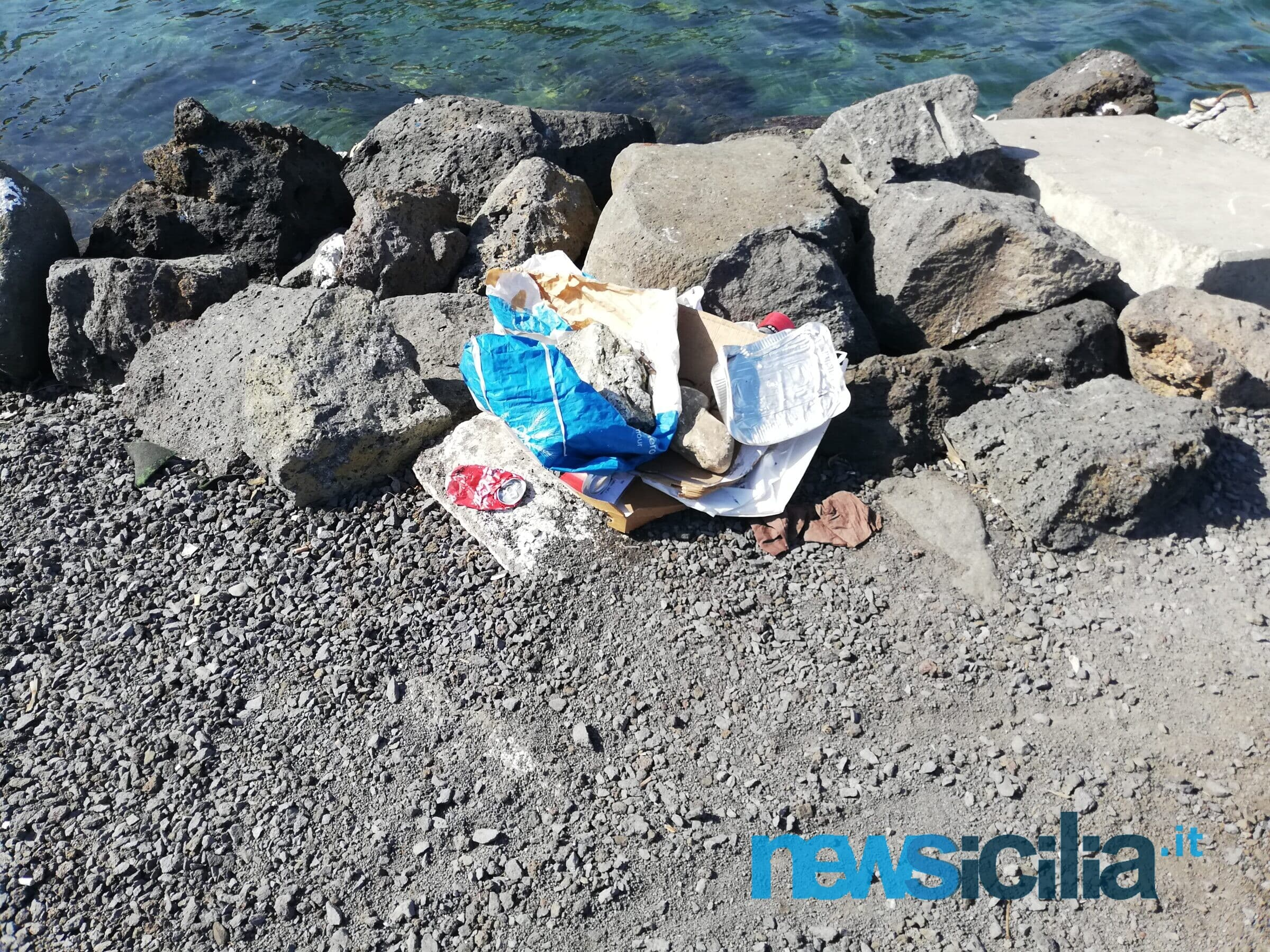 """Ognina non è più """"munnizza free"""", gli incivili della zona gialla sporcano ancora il porto – FOTO"""