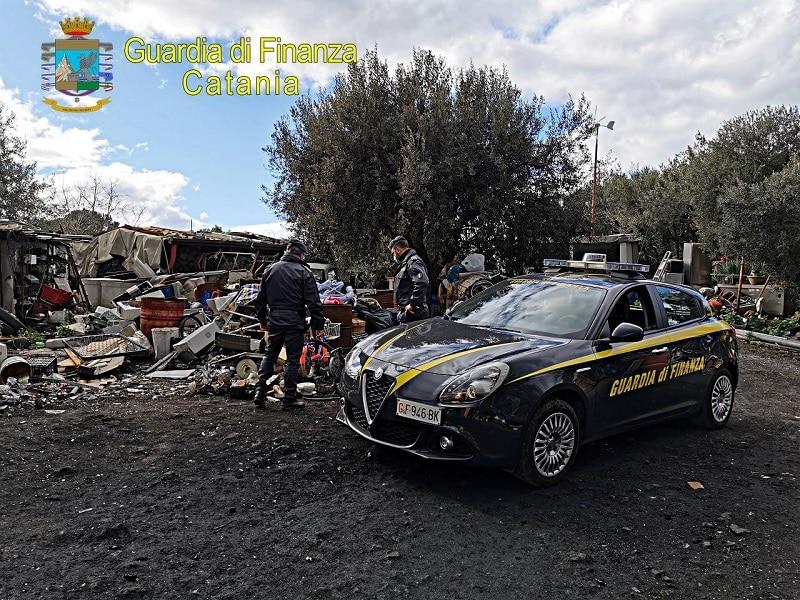 Rifiuti pericolosi, fumarole e animali in cattive condizioni: nel Catanese sequestrate discarica e strutture abusive