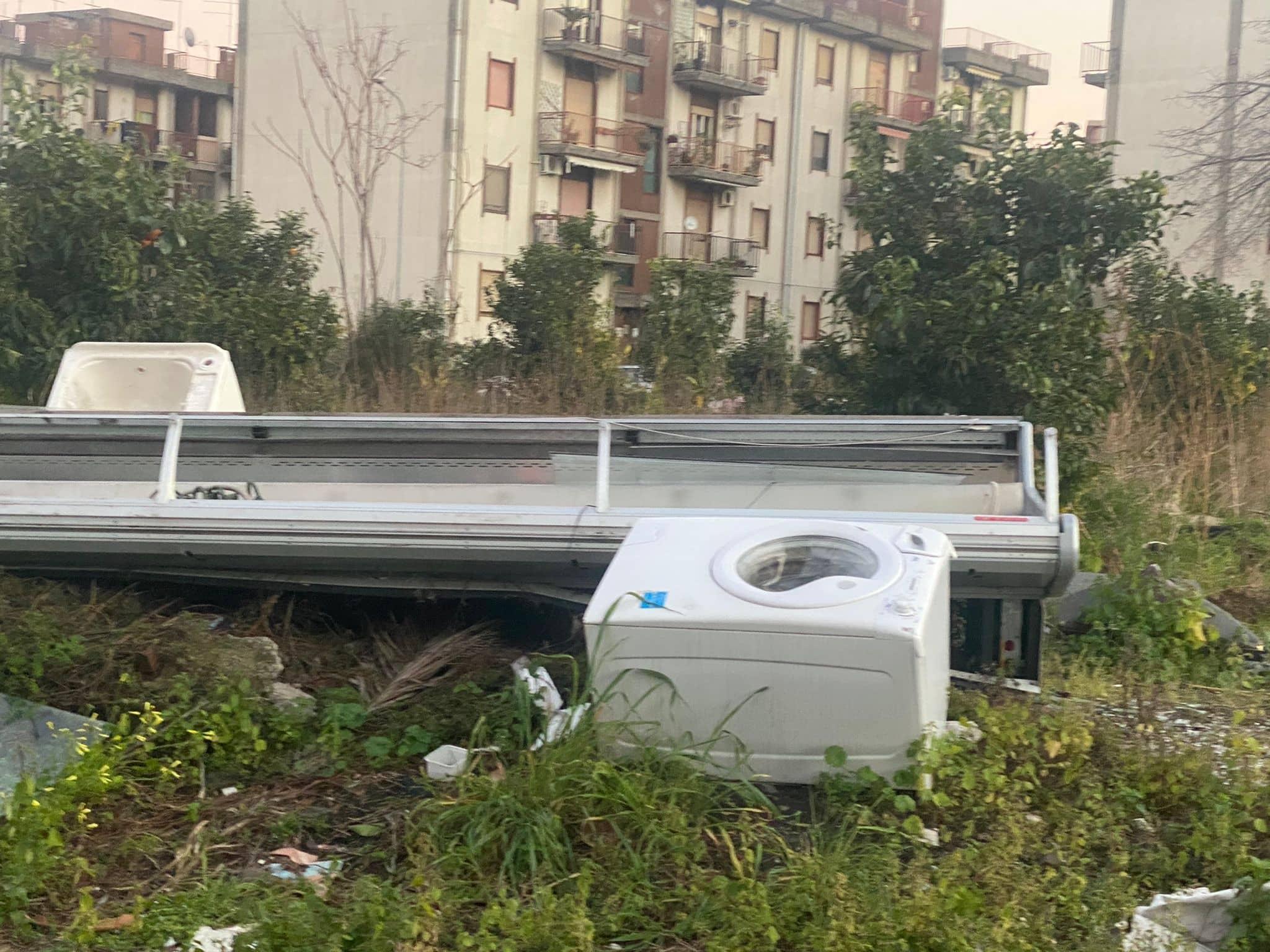 """Distese di rifiuti nelle periferie di Giarre. Barbagallo (Lega): """"Ripristinare le condizioni igienico sanitarie minime"""" – Le FOTO"""