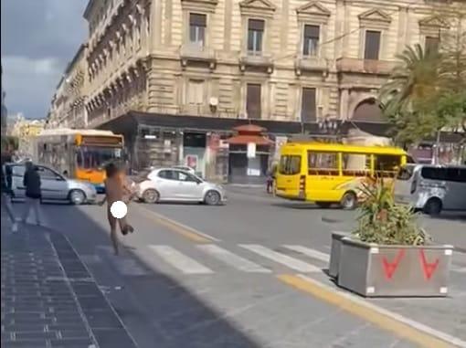 Catania, percorre via Etnea completamente nudo: uomo fermato dalle forze dell'ordine