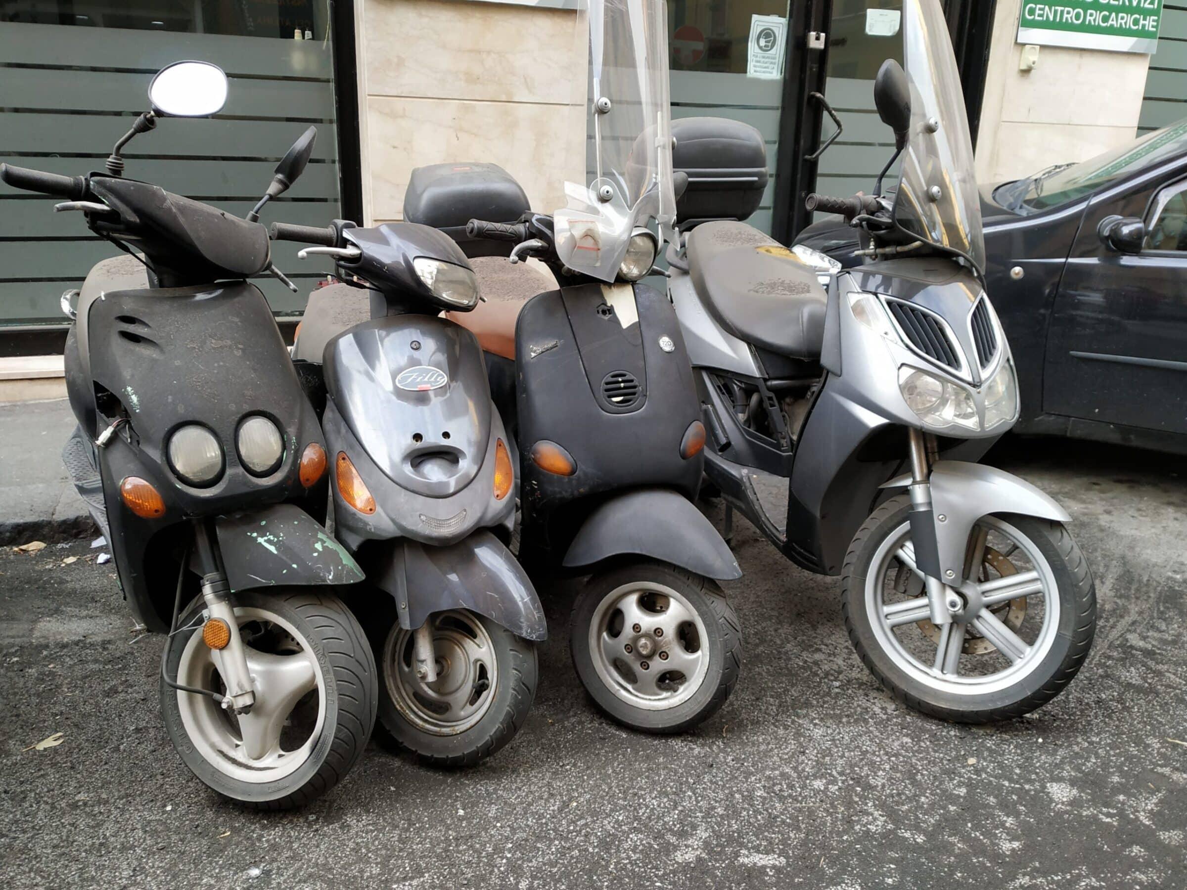 Catania, ancora mezzi a due ruote abbandonati per il quartiere Borgo-Sanzio: la denuncia del Comitato Cittadino Vulcania – Le FOTO