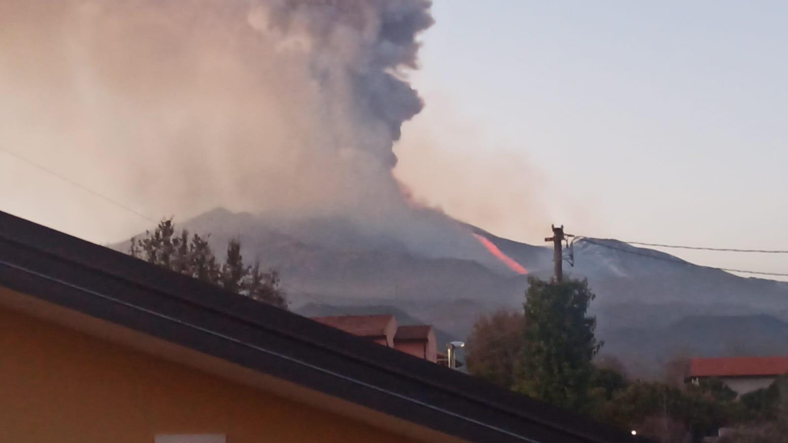 """L'Etna fa """"impazzire"""" il web, l'eruzione va in tendenza su Google e Twitter – I DATI"""