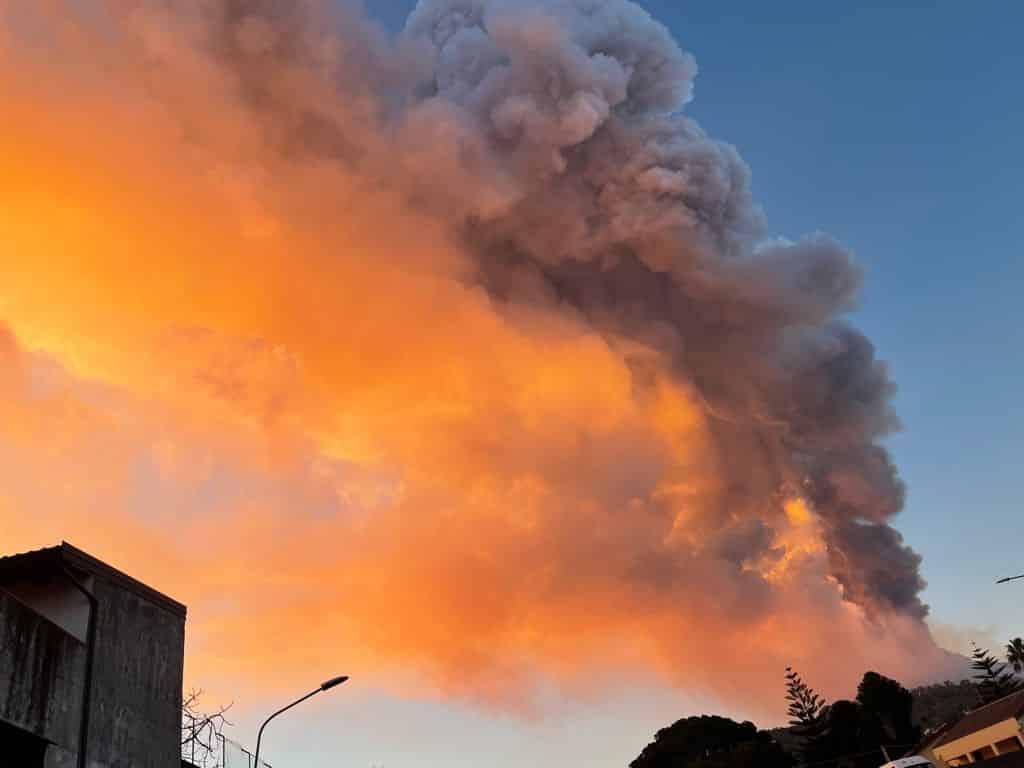 Violenta eruzione dell'Etna, intensa caduta di lapilli in corso su Catania e provincia – LE VOSTRE FOTO
