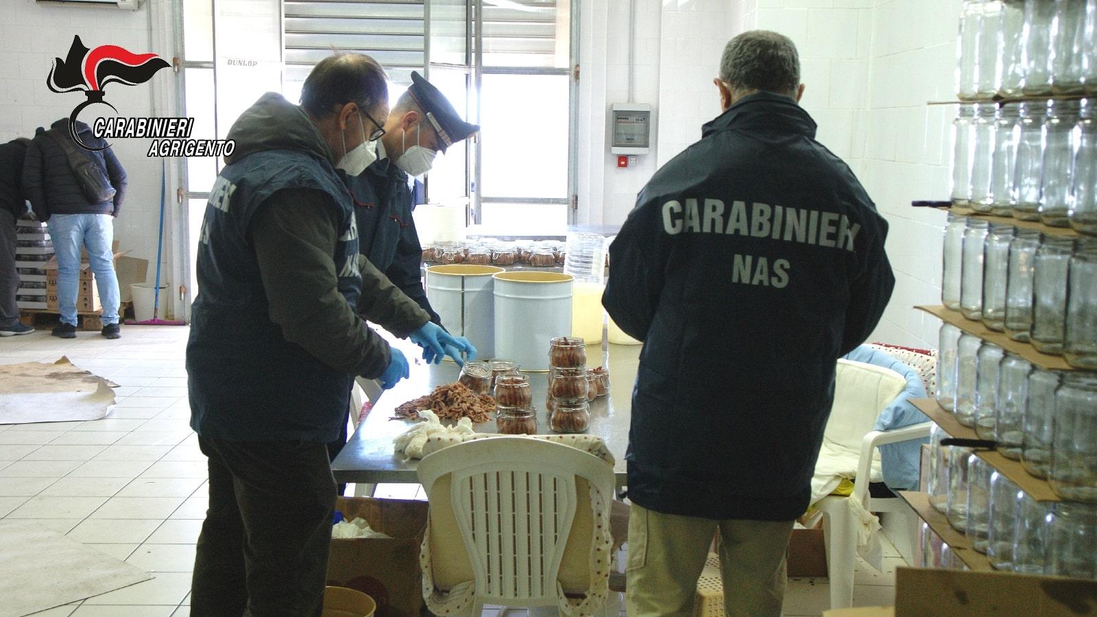 Frode in commercio, scoperto laboratorio abusivo che confezionava alimenti – Le FOTO