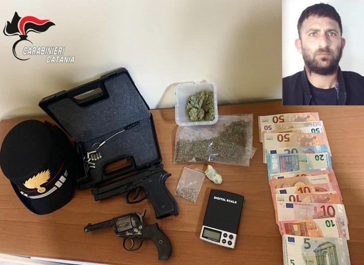 """Catania, la pistola in ricordo del nonno defunto e la droga in casa: arrestato """"noto"""" pusher"""