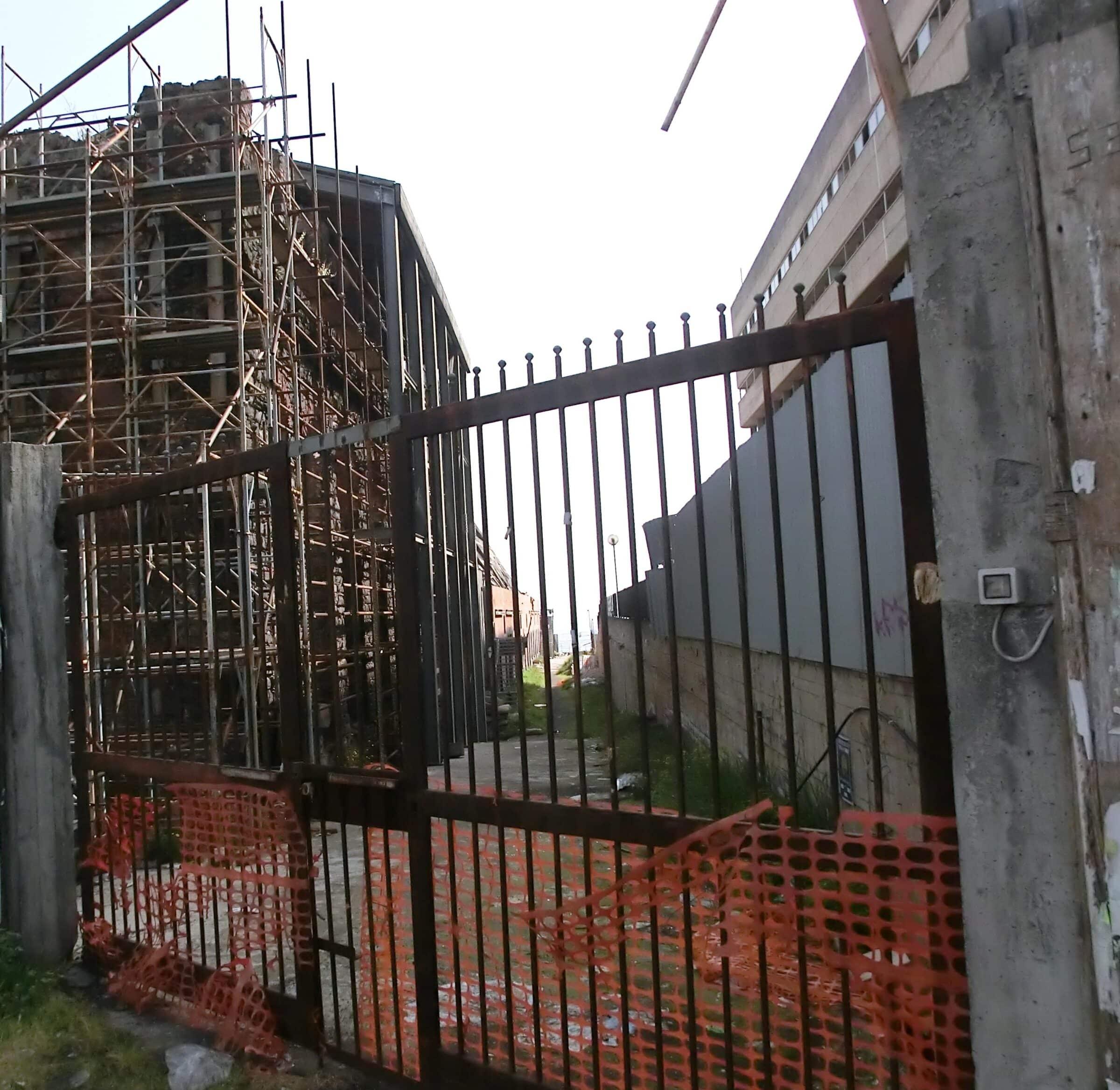 """Catania, incendio al viale Africa in una struttura abbandonata. Il consigliere Cardello: """"Un'emergenza continua"""""""