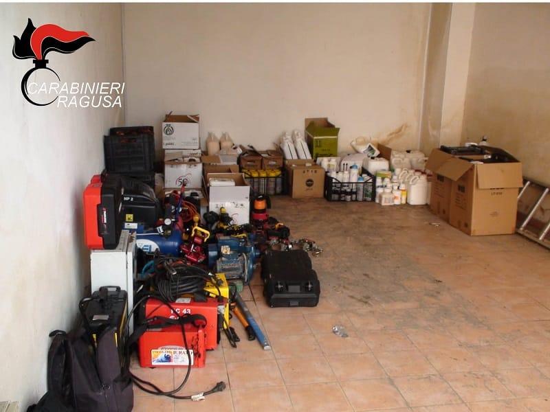 Garage stipati di oggetti rubati, denunciate 4 persone: refurtiva sequestrata, si cercano i proprietari – VIDEO