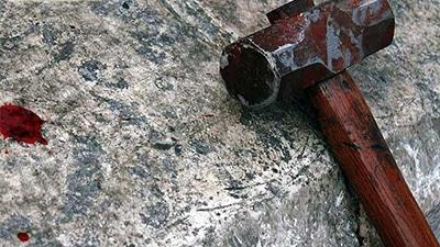 Follia in strada, 37enne armato di martello si scaglia contro i carabinieri: arrestato