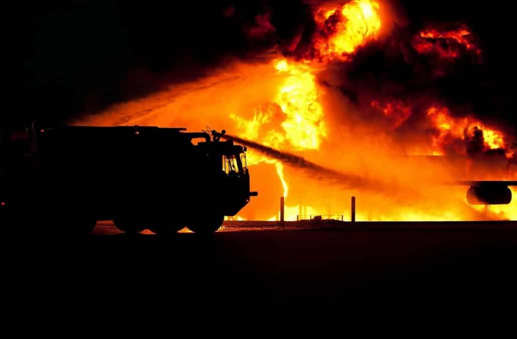 Terrore nella notte, auto in fiamme provocano l'esplosione di una bombola: vetri e tapparelle distrutti, vigili del fuoco in pericolo