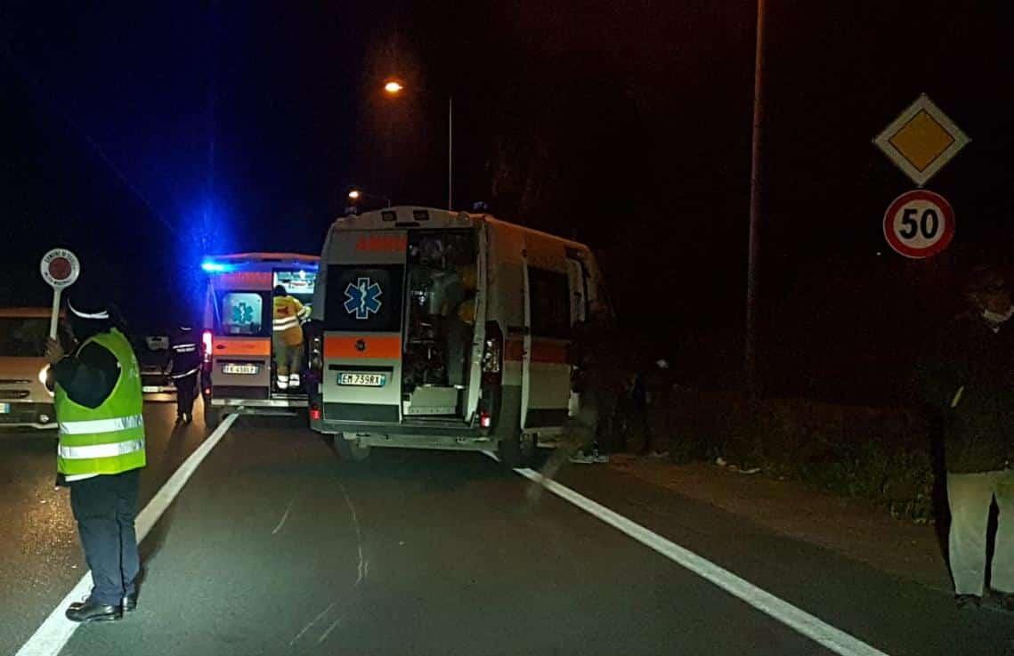 Grave incidente nel Ragusano, feriti due giovani: sangue e detriti, due ambulanze sul posto
