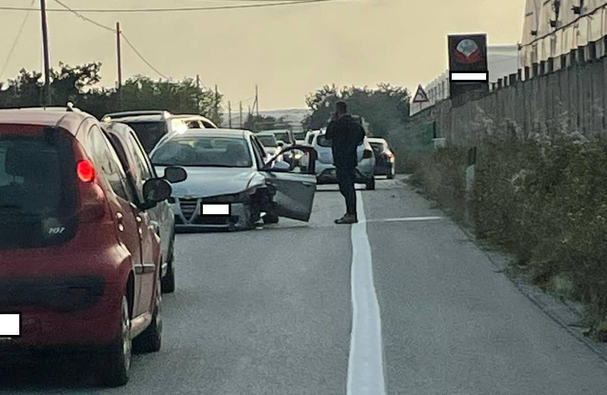 Incidente stradale sulla SP 20, scontro tra un furgone, una Peugeot e un'Alfa Romeo: 3 feriti – FOTO