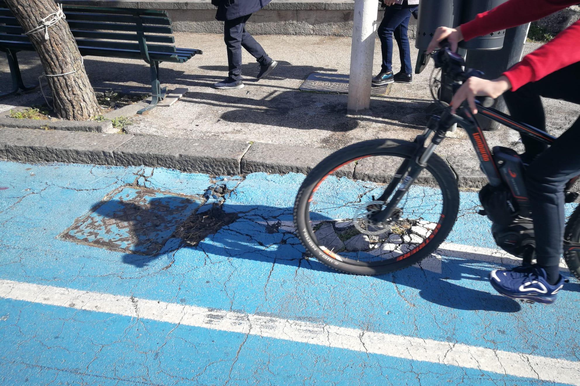Buche, avvallamenti e rifiuti: il lungomare di Catania cade a pezzi. La richiesta del consigliere Cardello – Le FOTO