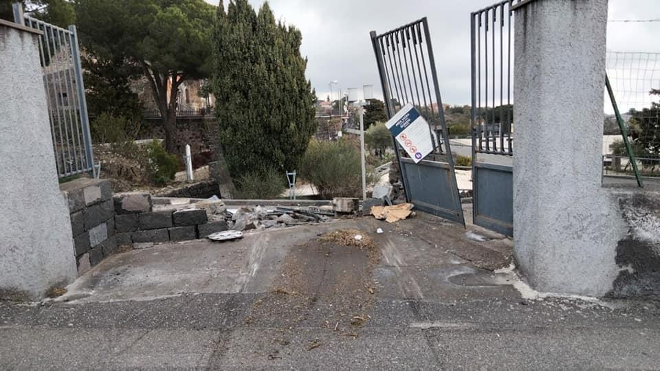 """Sfonda con l'auto l'ingresso del Santuario di Mompileri e scappa: """"Hai distrutto un luogo costruito e mantenuto con fatica"""""""