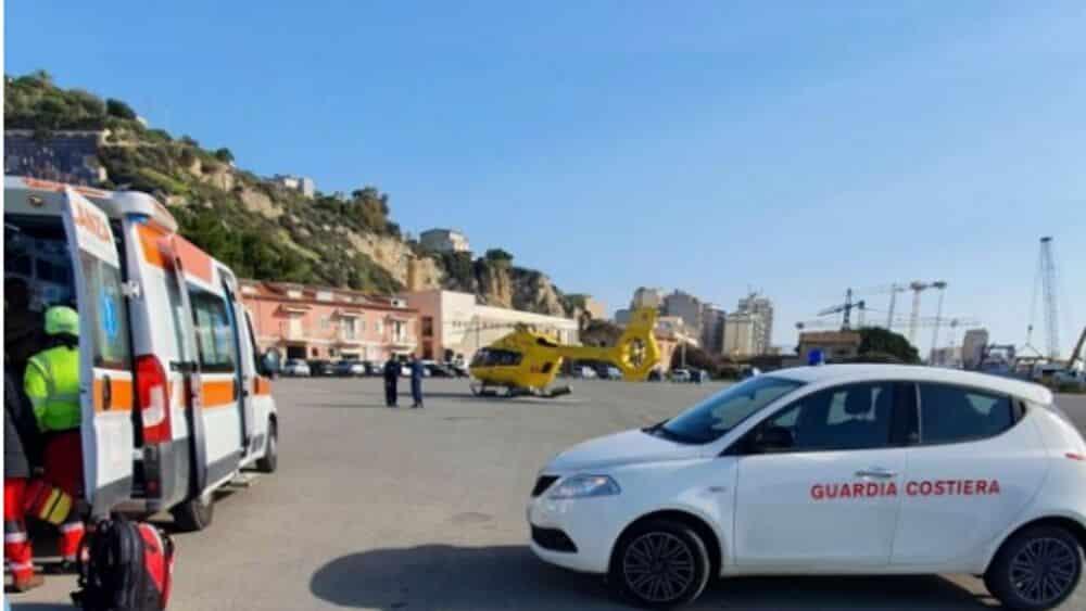 Paura al porto, scivola sugli scogli e perde conoscenza: un uomo in ospedale