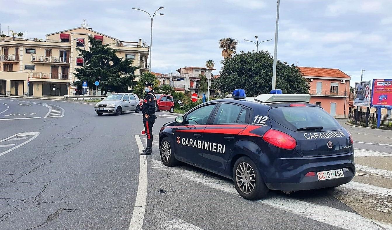 Dramma familiare nel Catanese, marito ludopatico picchia la moglie davanti ai figlioletti: arrestato 29enne