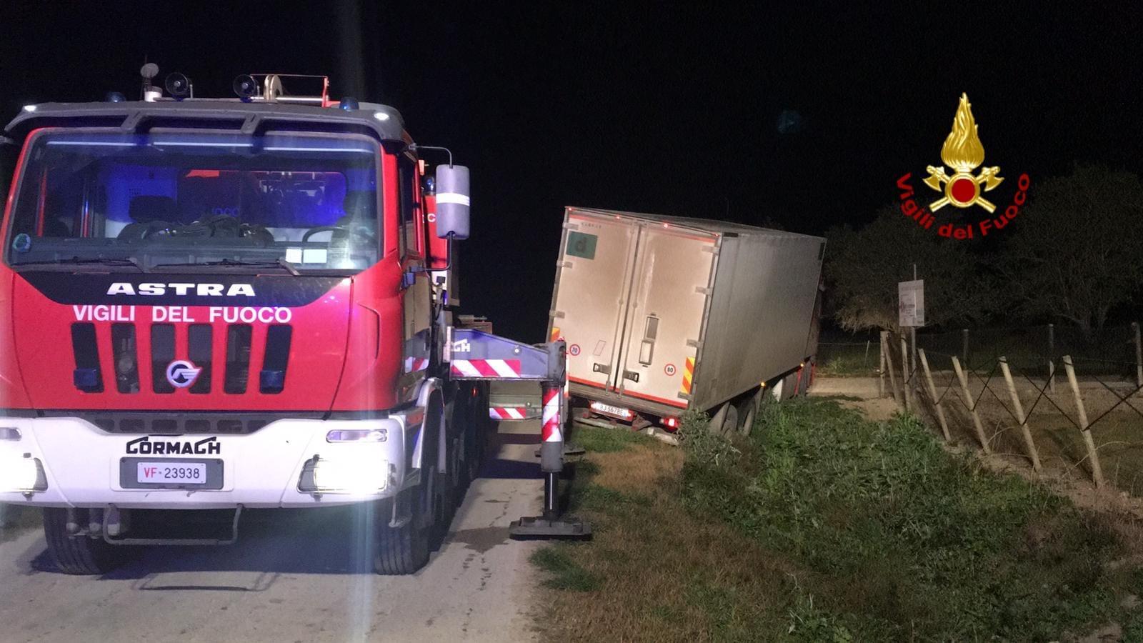 Noto, camion fuori strada: vigili del fuoco in soccorso – Le FOTO