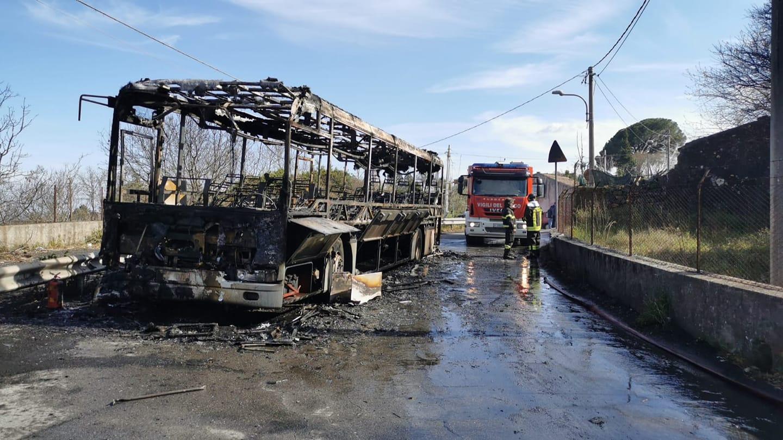 Paura nel Catanese, autobus prende fuoco in marcia: mezzo distrutto dalle fiamme, passeggeri in salvo