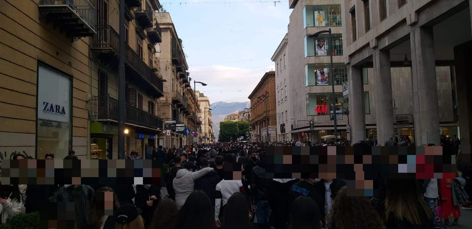 """Ultimo weekend in zona gialla prima della Sicilia """"arancione"""": vie del centro affollate e """"assembramenti"""" a Palermo – FOTO"""