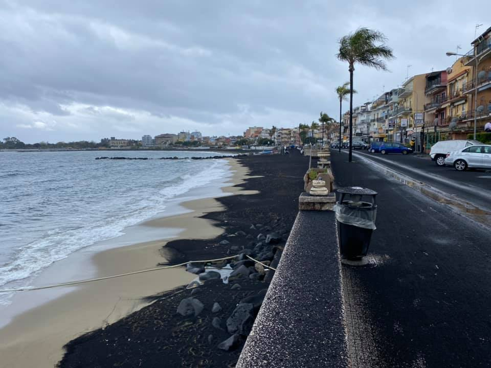 """Eruzione Etna, cenere in autostrada e a Giardini Naxos: """"Attenzione negli spostamenti"""" – VIDEO e FOTO"""
