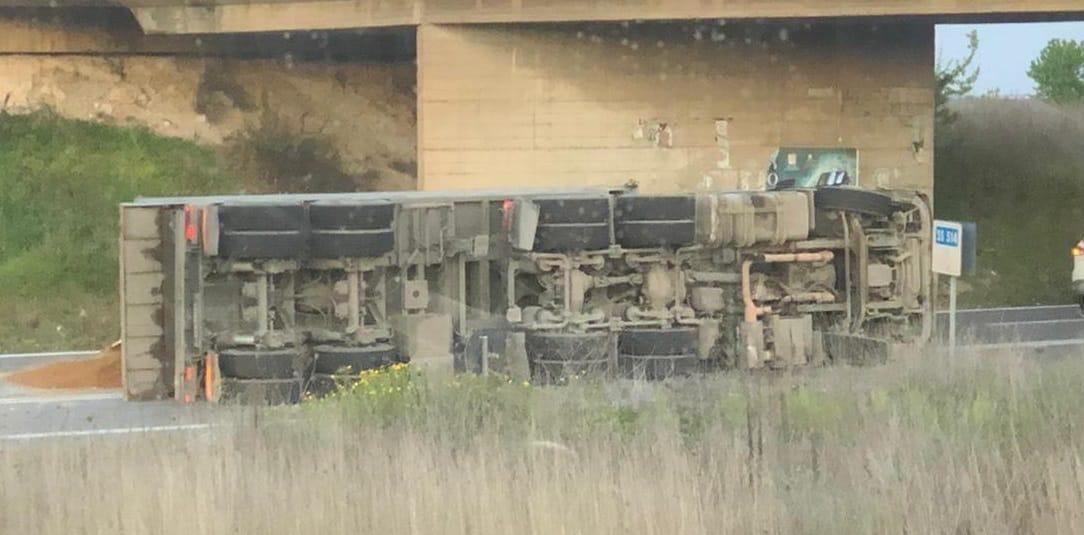 Incidente sulla Catania-Ragusa, camion con sabbia si ribalta: traffico deviato – FOTO