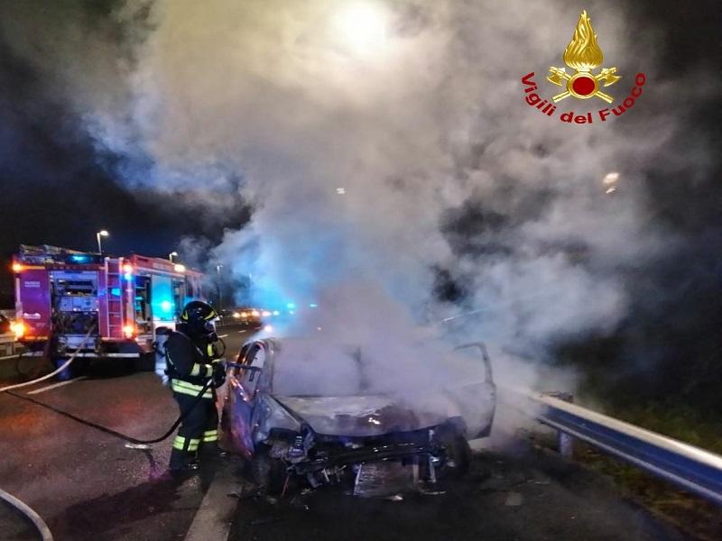 Catania, incidente e incendio su Viale Mediterraneo: scontro auto-moto, un ferito in ospedale – FOTO e VIDEO