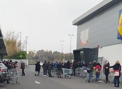 """Tutti pazzi per """"Monsieur Cuisine"""", code e litigi alla Lidl dal Nord a Catania: le testimonianze e le foto shock"""
