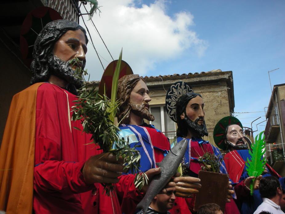 """I Santoni di Aidone, la storia dei """"giganti"""" siciliani che annunciano la Resurrezione"""