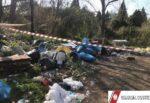 Discarica abusiva con rifiuti pericolosi in fiamme nel Catanese: sequestro, denuncia contro ignoti