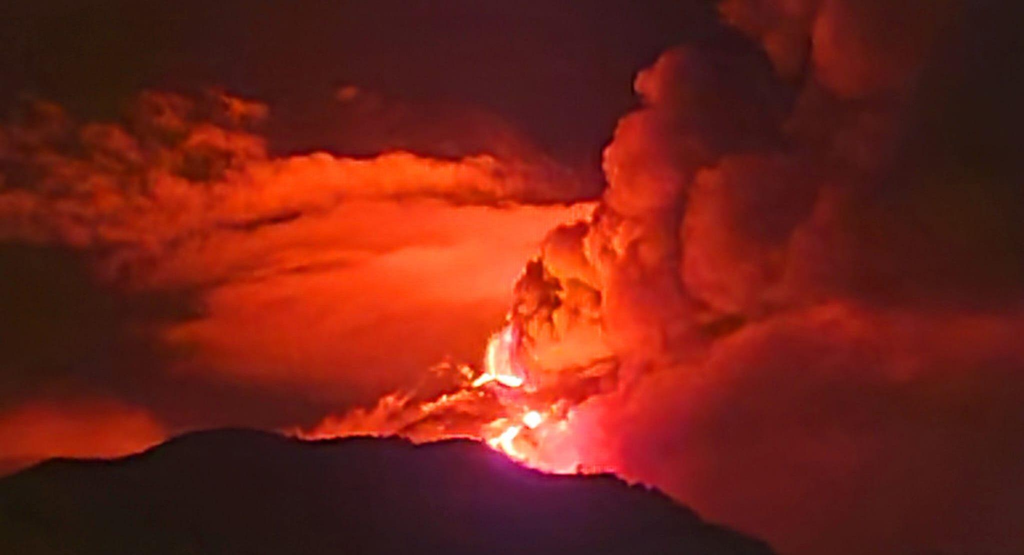 Etna, ancora una eruzione: il fuoco illumina la notte; FOTO e VIDEO boati e colata di lava