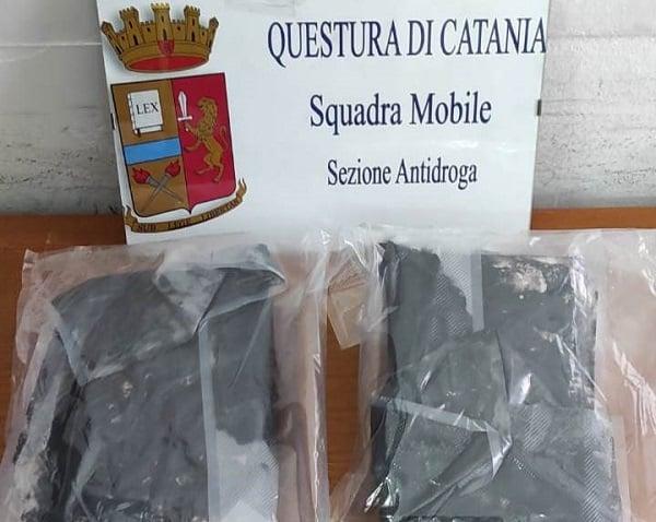 Corriere della droga beccato agli imbarchi: catanese arrestato, in auto con 2 chili di cocaina