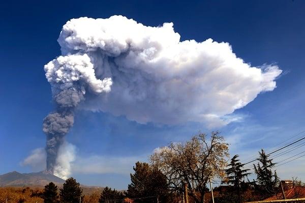 Etna in eruzione, fontana di lava e boati nel Catanese: il bollettino INGV e le FOTO