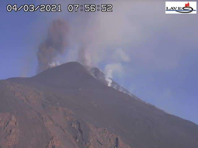 Etna, risale il tremore vulcanico: piccola colata alimentata da una nuova bocca