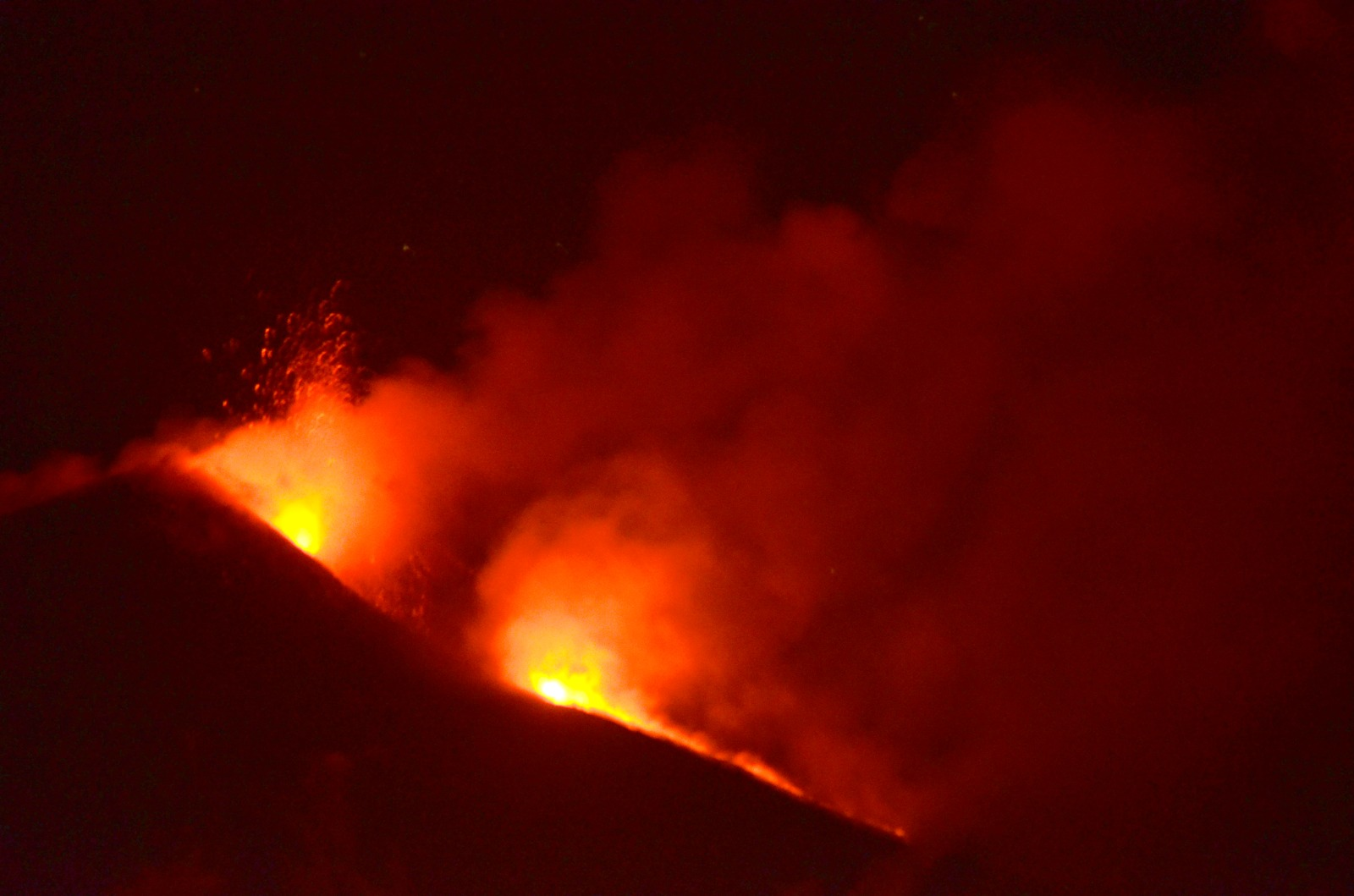 """Eruzione Etna, ancora un parossismo nella notte: lapilli su Mascali, """"Tremano le finestre"""""""
