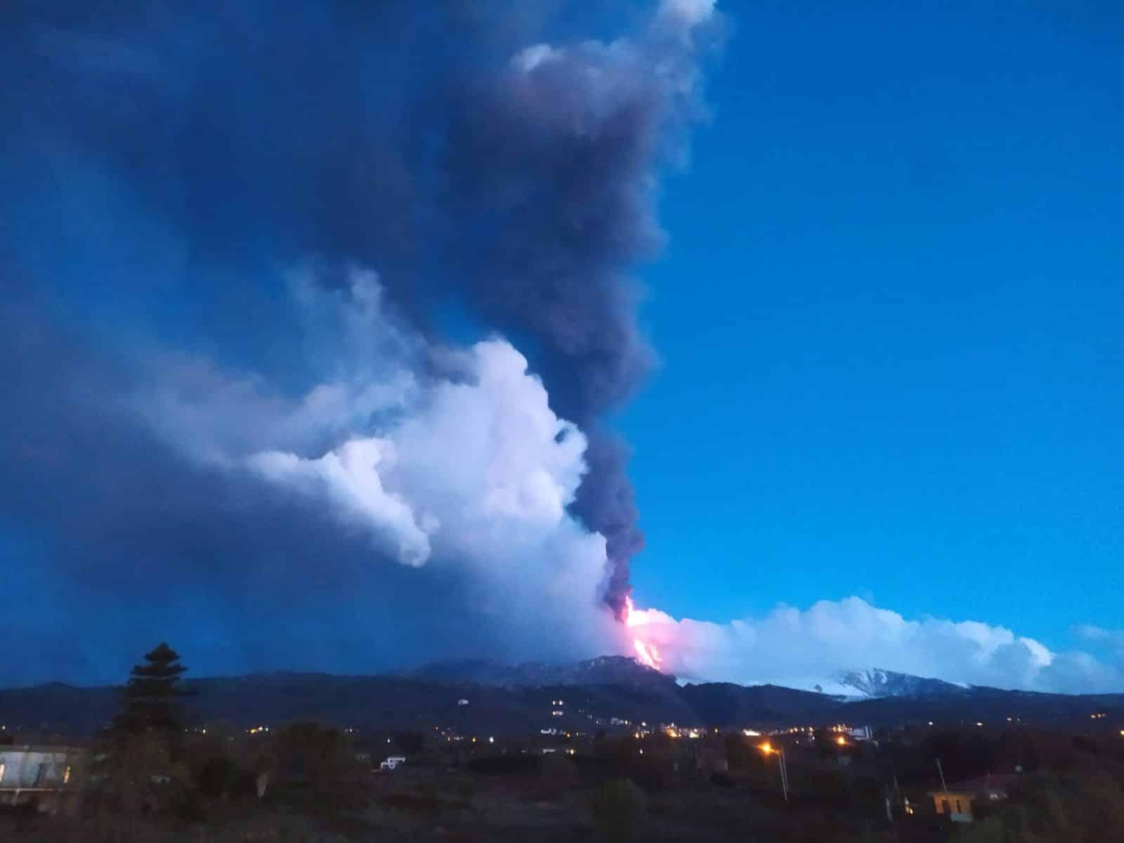 Etna, 14° eruzione in piena notte: forti boati, cenere e lava. Le parole degli esperti Ingv – FOTO e VIDEO