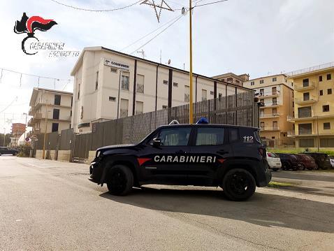 Centro ricreativo copriva una fiorente attività di spaccio: pusher ingoia una dose per non farsi beccare dai carabinieri