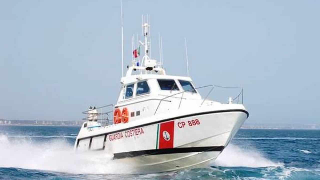 Tragedia sfiorata nelle acque di Catania, due giovani rischiano di annegare: salvati dalla Guardia Costiera