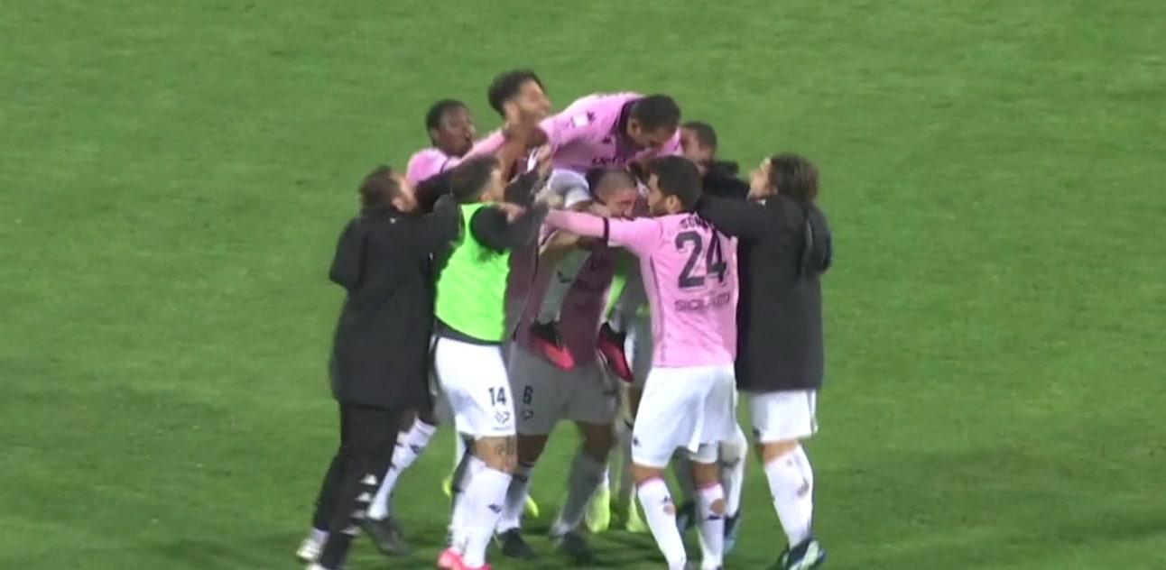 Palermo, l'orgoglio rosanero sbanca il Massimino. Di Santana il gol della vittoria