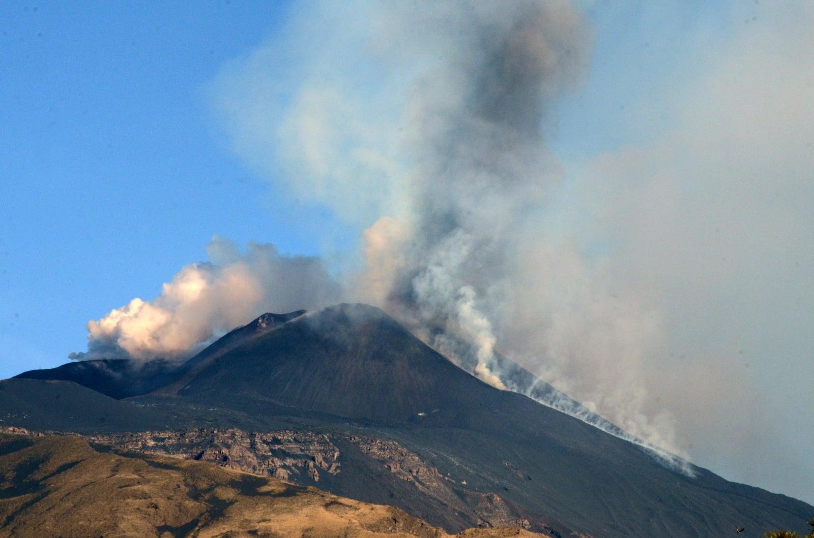 Etna, nuovi aggiornamenti dall'Ingv: trabocco lavico in corso, boati in aumento – Le FOTO