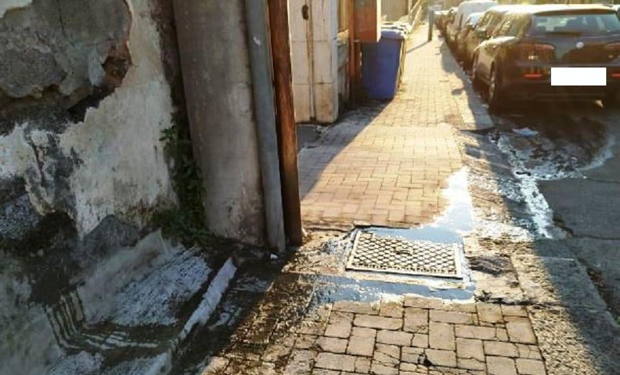 """Catania, in via Carducci commercianti e scuole """"convivono"""" con le acque reflue: """"Abbiamo bisogno di un intervento"""" – FOTO"""
