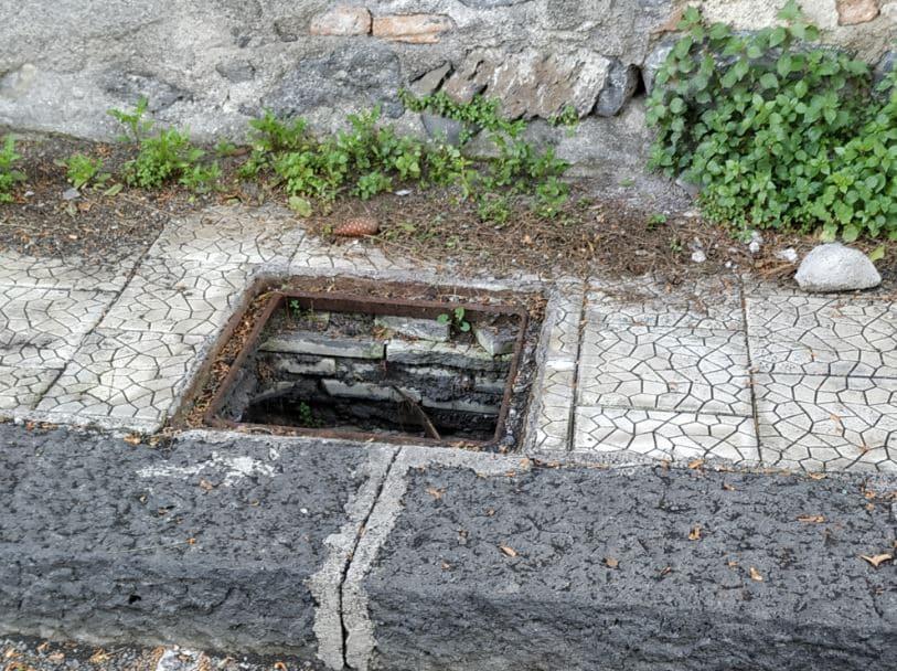Catania, tombino divelto e pericoloso in via Santa Sofia. La denuncia del Comitato Cittadino Vulcania