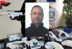 """Armi clandestine e droga da vendere, """"nascondiglio"""" in cantina per un pregiudicato: un arresto e una denuncia – FOTO e VIDEO"""
