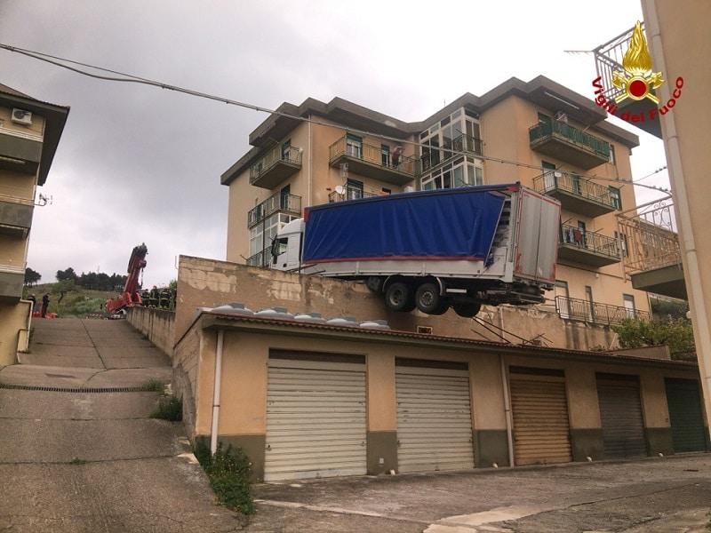 Intervento d'urgenza in Sicilia, tir in bilico minaccia palazzina con 6 famiglie: evacuata area di lavoro